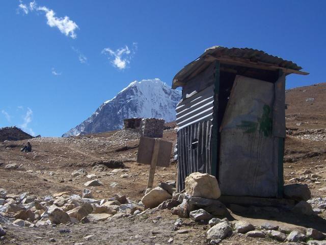 Zdjęcia: Lobuche, Himalaje, Kibel z widokiem, NEPAL