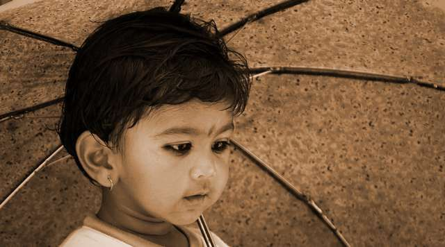 Zdjęcia: Bhaktapur, chlopczyk z parasolem, NEPAL
