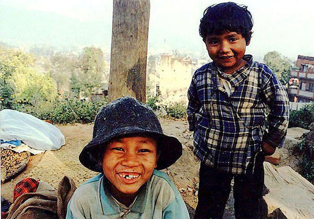 Zdjęcia: Kathmandu, Dolina Kathmandu, dzieci sprzedające orzeszki, NEPAL