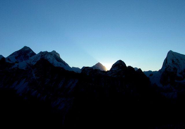Zdjęcia: Himalaje, Szczyt Gokyo RI, Cień wielkiej góry Makalu, NEPAL