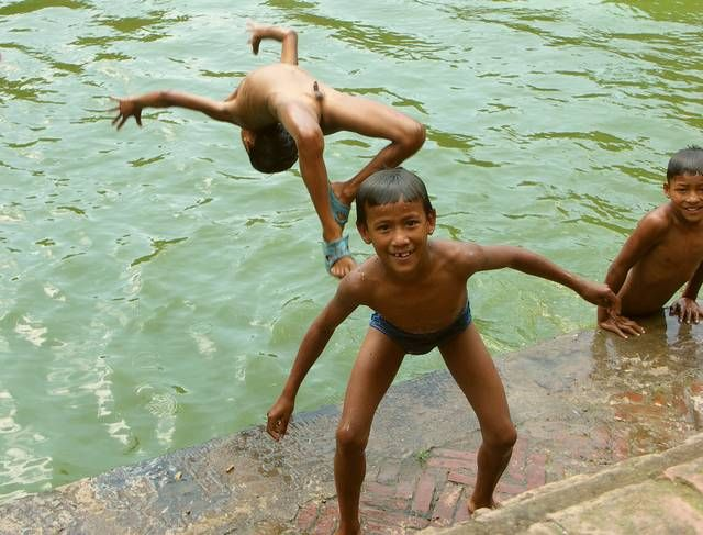 Zdjęcia: Baktaphur, Kathmandu Valley, Nie ma jak kąpiel w taki upał!, NEPAL