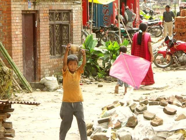Zdjęcia: Bakthapur, Dolina Kathmandu, Chłopiec z latawcem, NEPAL
