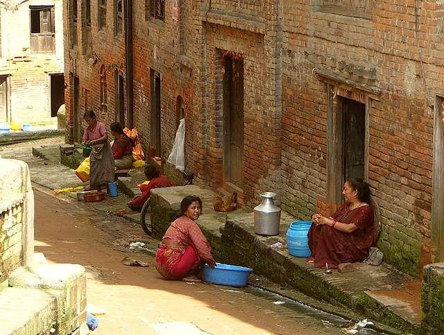 Zdjęcia: Baktaphur, Dolina Kathmandu, Kobiety przy pracy, NEPAL