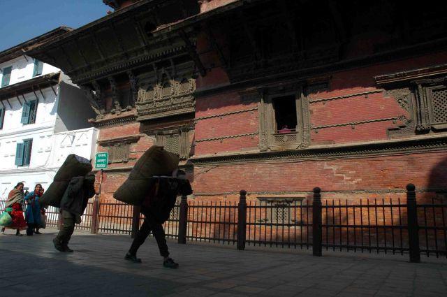 Zdjęcia: kathmandu, durbar sq, tragarze, NEPAL