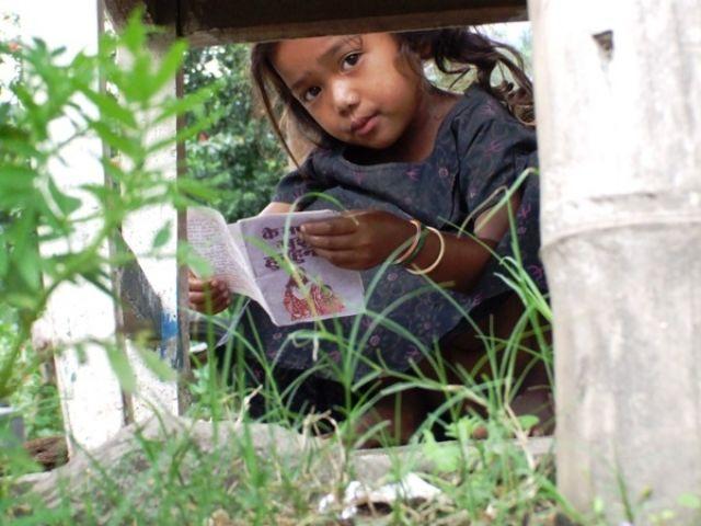 Zdj�cia: gdzies na szlaku, dziewczynka z ksi��eczk�, NEPAL
