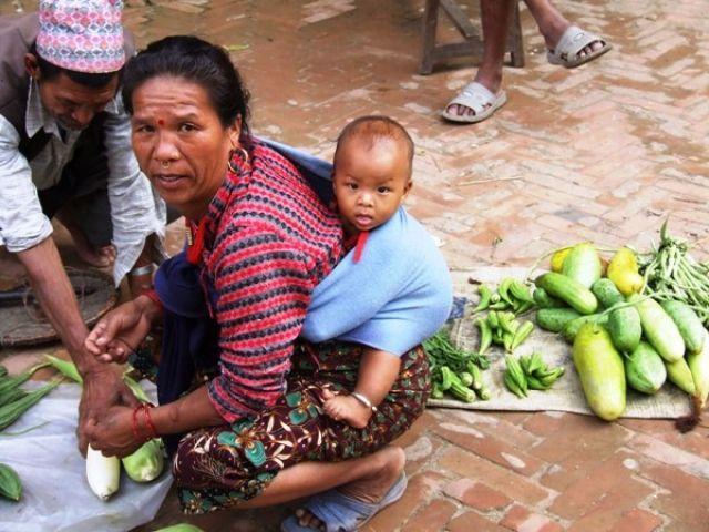 Zdjęcia: gdzieś na szlaku, ciekawski od małego..po mamie?, NEPAL