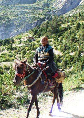 Zdj�cia: gdzies na szlaku.., powrot ze swi�tyni, NEPAL