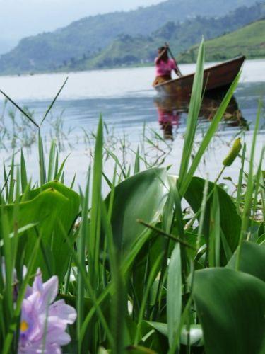Zdj�cia: gdzies na szlaku.., kobieta w �odzi, NEPAL