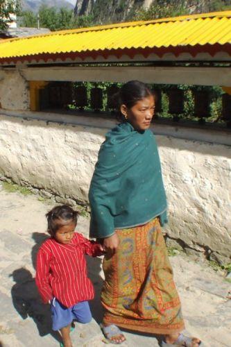 Zdjęcia: gdzies na szlaku.., matka z córka - ten sam wyraz twarzy?, NEPAL
