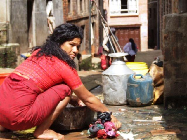 Zdjęcia: gdzies na szlaku.., pranie..w miescie, NEPAL