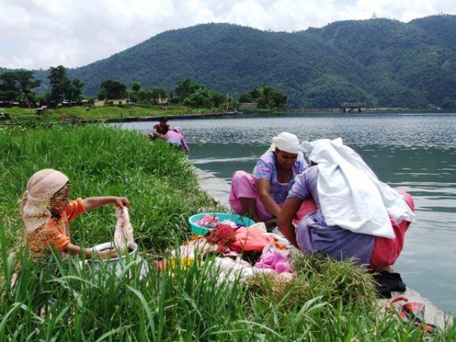 Zdj�cia: gdzies na szlaku.., pranie nad jeziorem, NEPAL