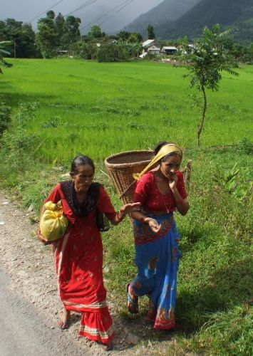 Zdjęcia: gdzies na szlaku.., umilając czas rozmową, NEPAL