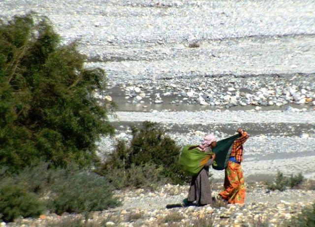 Zdjęcia: gdzies na szlaku.., z tobołami do miasta, NEPAL