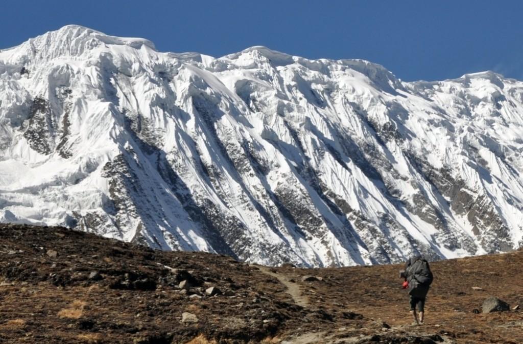 Zdjęcia: w drodze do Tilicho BC, Annapurna Round Trek, tragarz, NEPAL