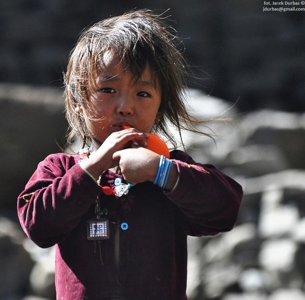 Zdjęcia: Samagaon, Manaslu, dziewczynka z balonikiem, NEPAL