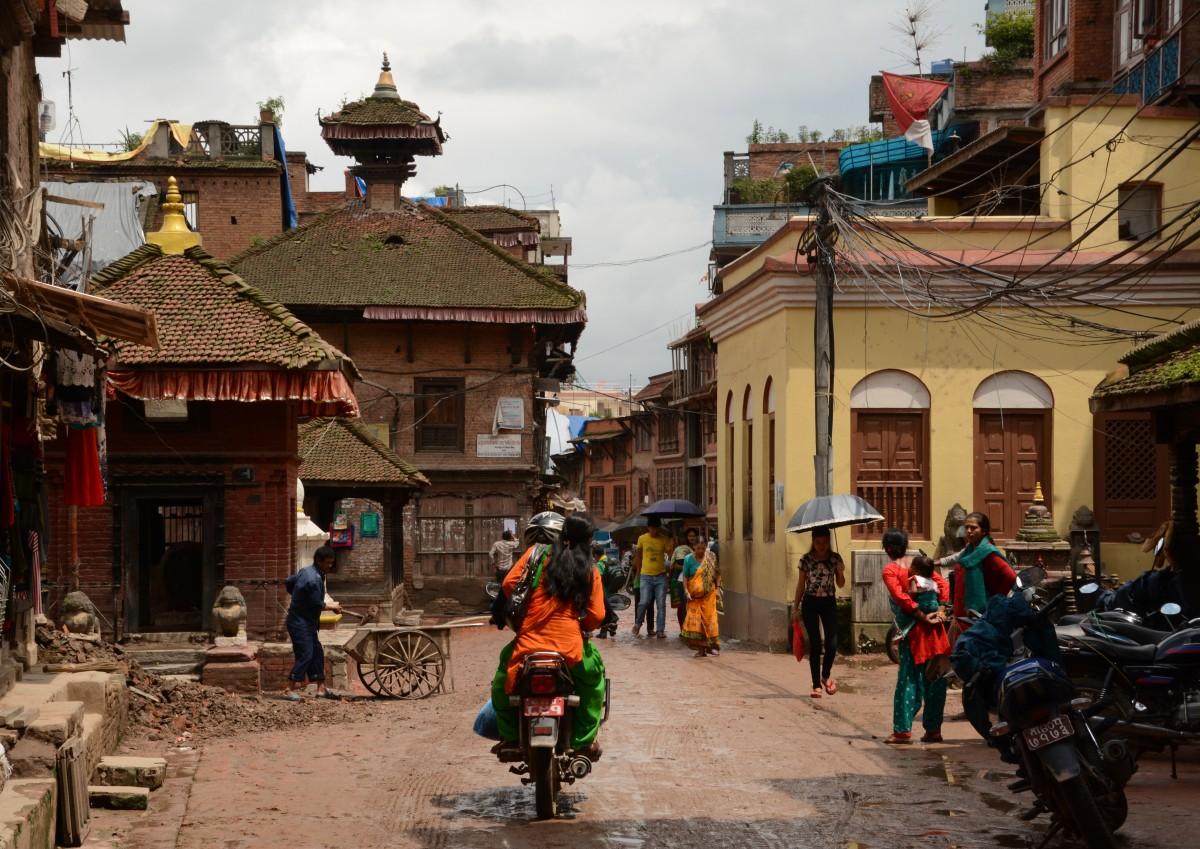 Zdjęcia: Bhaktapur, Dolina Kathmandu, Tę ulicę tak zapamiętałam sprzed trzęsienia, NEPAL