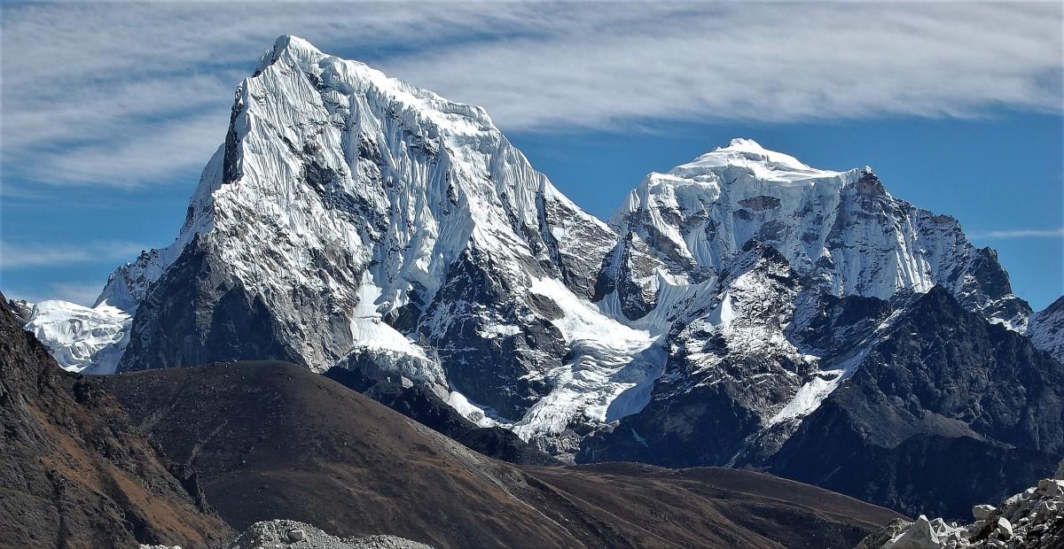 Zdjęcia: Lodowiec Ngozumpa  ( Ngojumba), Himalaje, rejon  Gokyo Ri, Wyjątkowa para, Arakam Tse i Cholatse , NEPAL