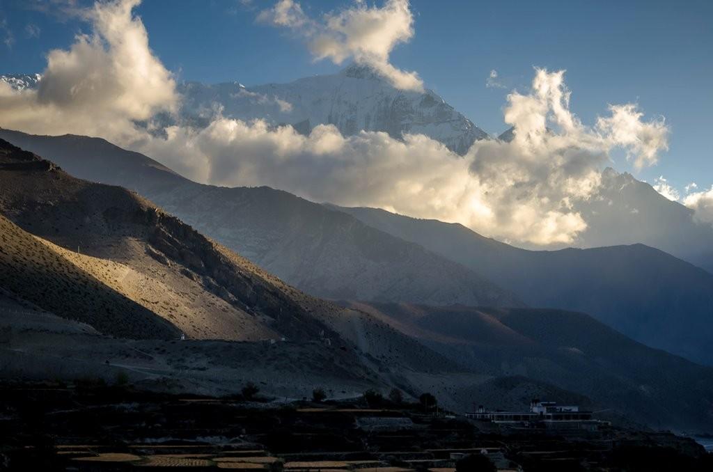 Zdjęcia: Kagbeni, Dolny Mustang, cień wielkiej góry..., NEPAL