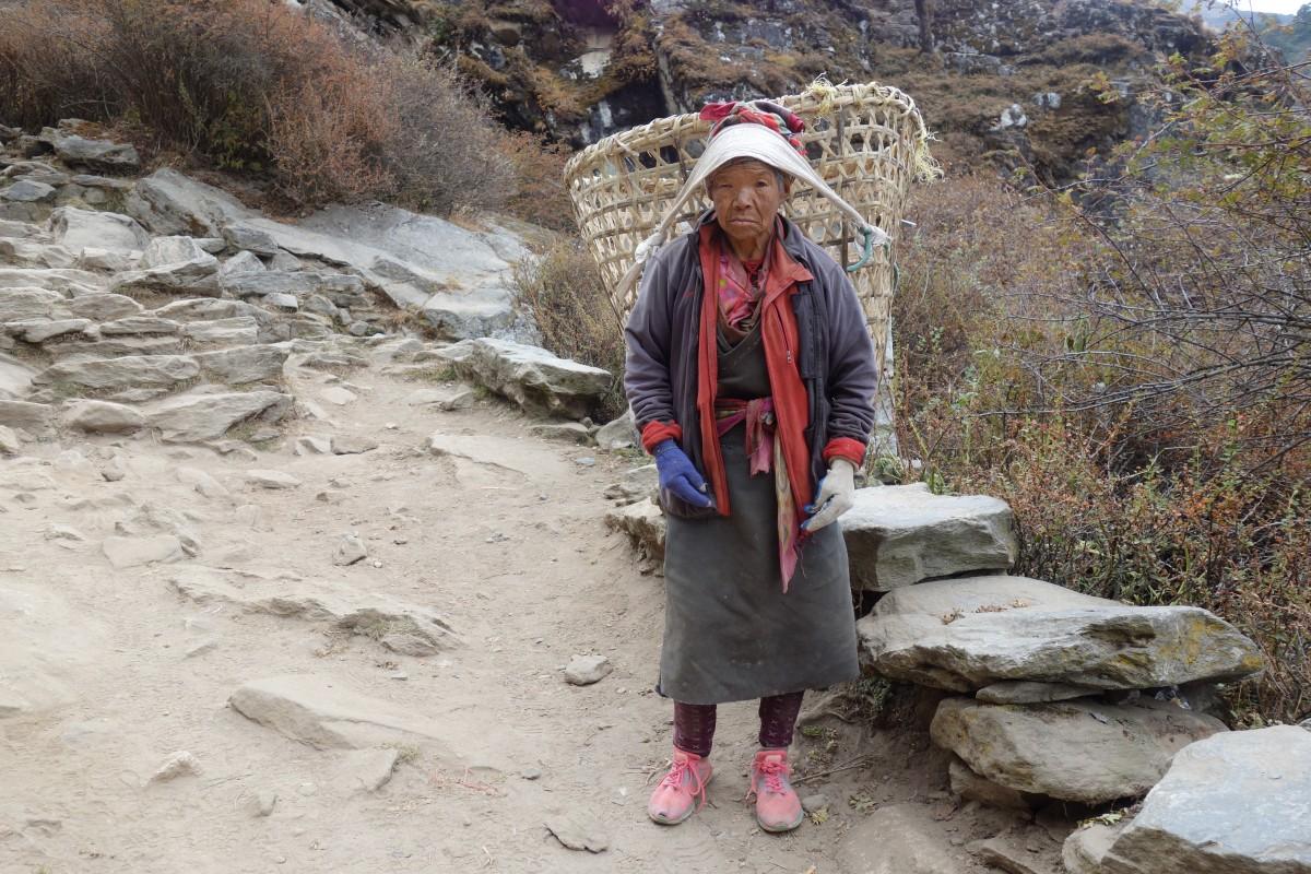 Zdjęcia: Trekking EBC, Park Narodowy Sagarmatha, Mieszkanka osady, NEPAL