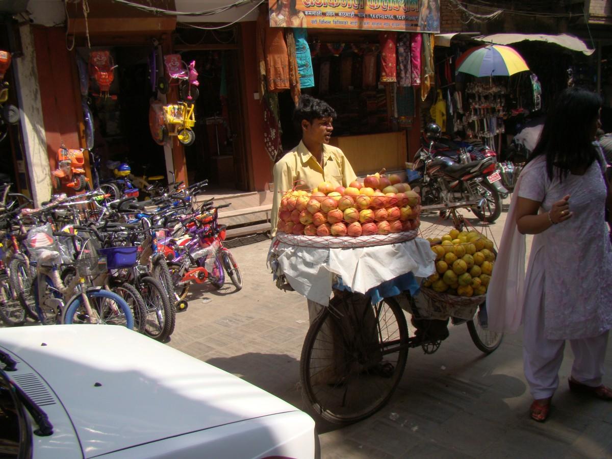 Zdjęcia: Wokół Thamelu, Kathmandu, Uliczny sprzedawca owoców, NEPAL