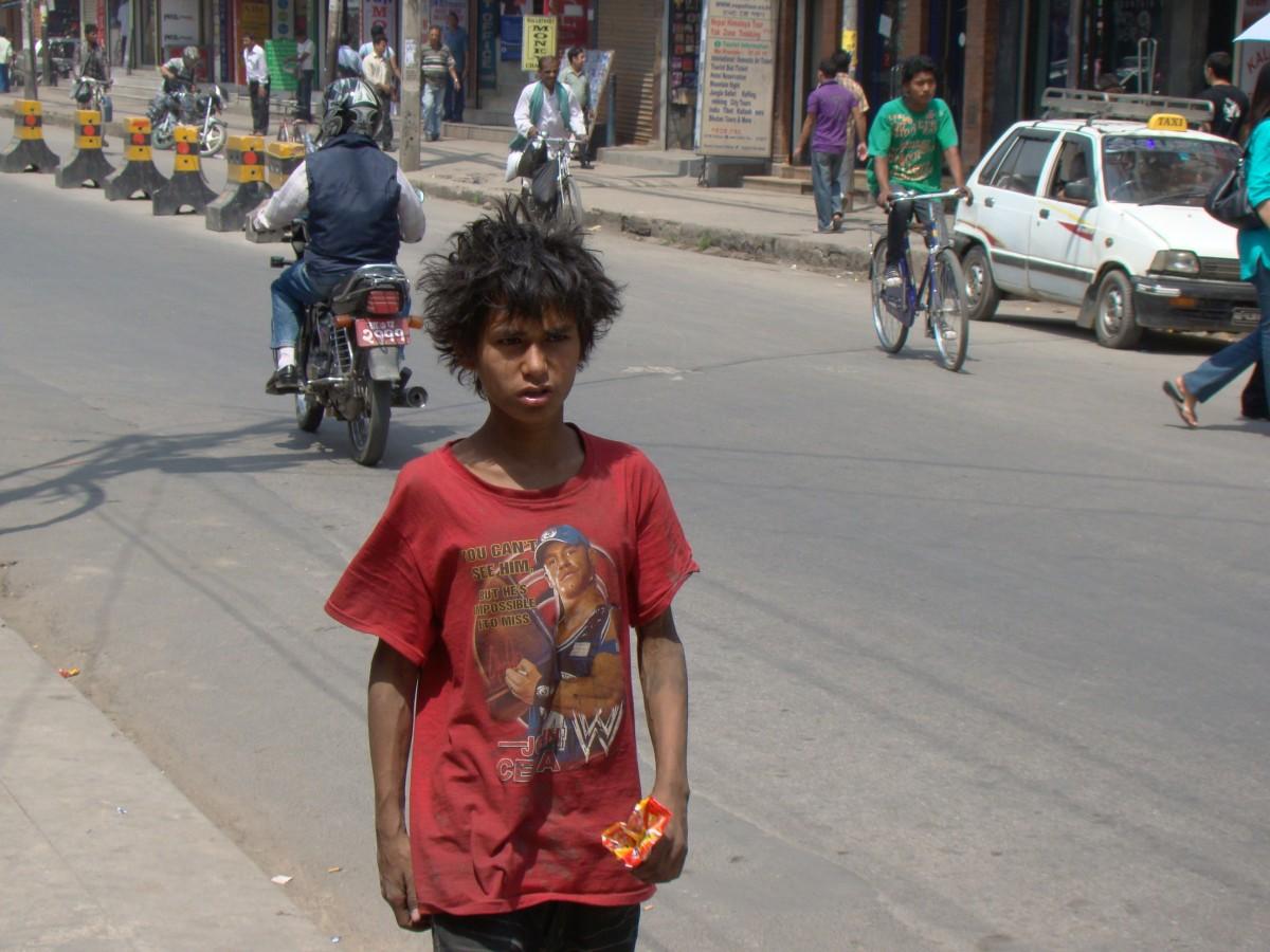Zdjęcia: Okolice Thamelu, Kathmandu, Wąchacz kleju, NEPAL