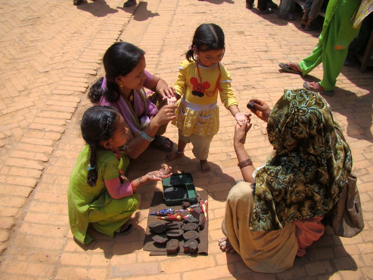 Zdjęcia: Bhaktapur, Kathmandu, tatuaż z henny, NEPAL