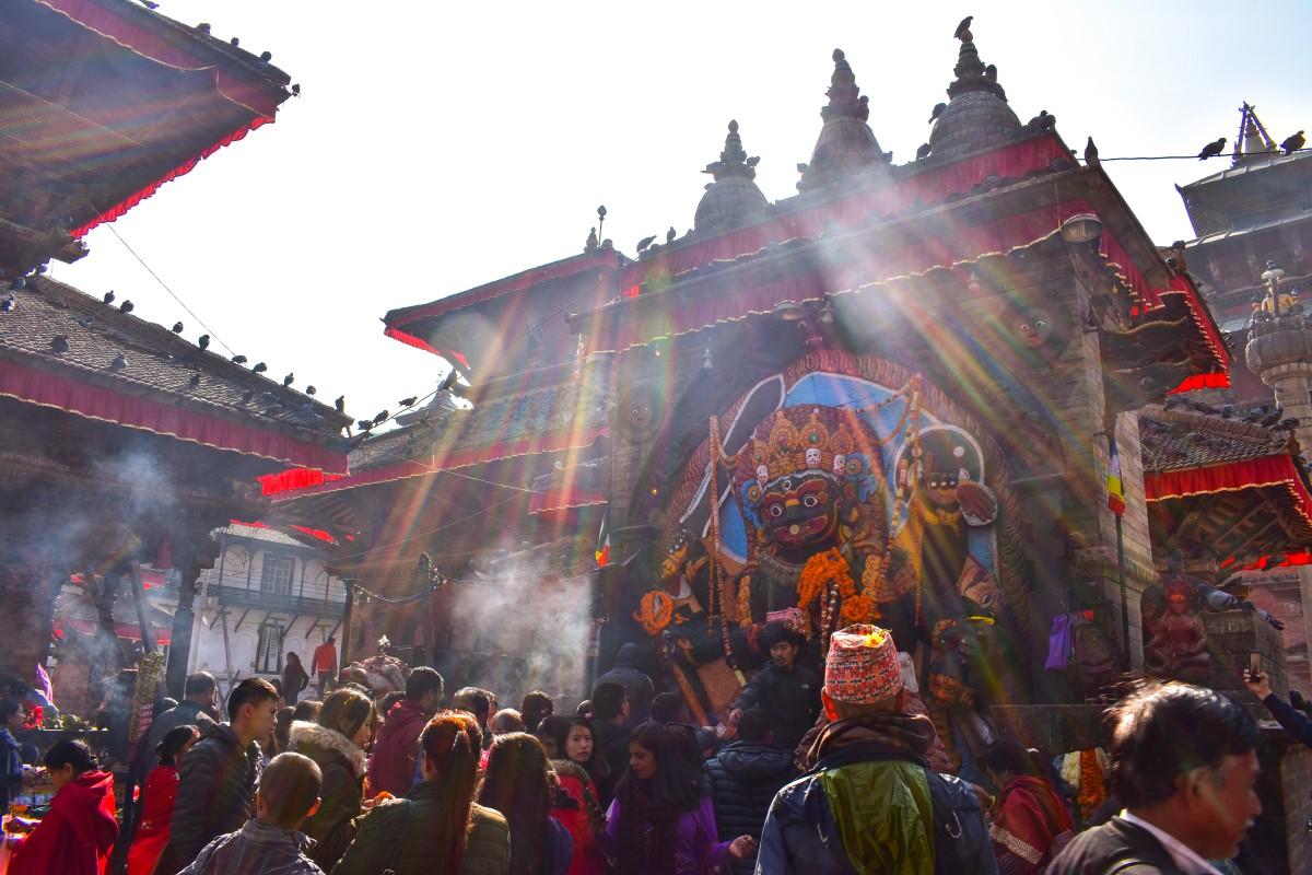 Zdjęcia: Katmandu, Katmandu, wierni przed posągiem bogini Kali, NEPAL