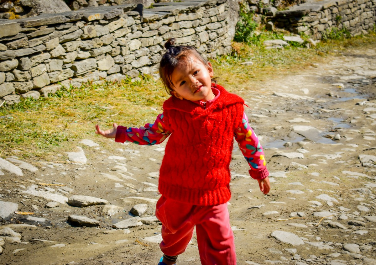 Zdjęcia: Himalaje, Himalaje, Dziewczynka w nepalskiej wiosce, NEPAL