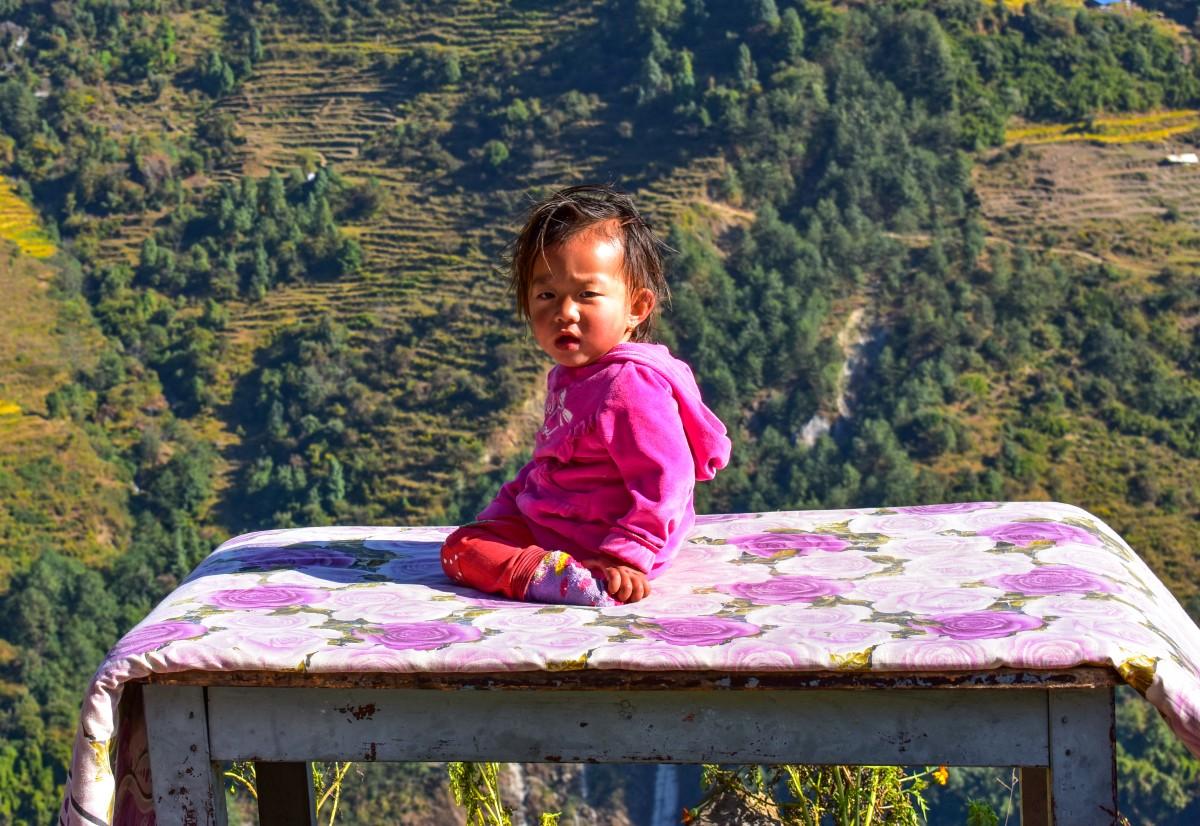 Zdjęcia: gdzieś w górskiej wiosce, Himalaje, Brzdąc na stole, NEPAL