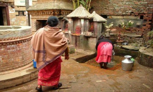 Zdjęcie NEPAL / Kathmandu / Patan / Po wodę