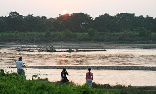 NEPAL / chitwan / sauraha / zachod słońca nad rzeką rapti