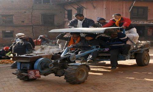 Zdjecie NEPAL / Kathmandu / Bhaktapur / traktorek