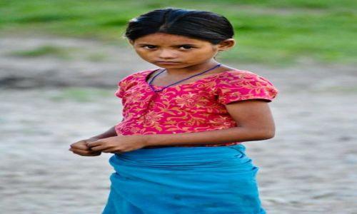 Zdjęcie NEPAL / - / Chitwan / Dziewczynka z Chitwan