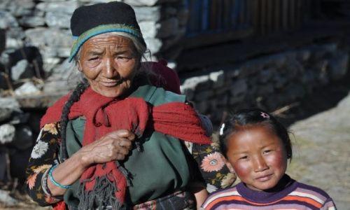 NEPAL / Langtang / Langtang / Babcia z wnuczka