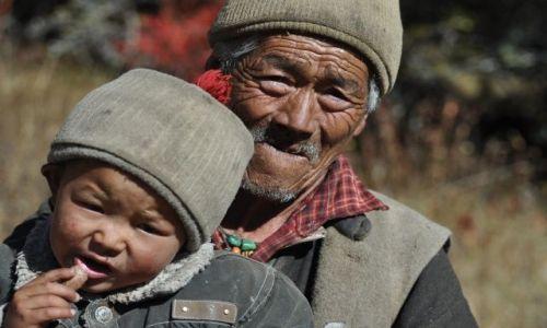 Zdjecie NEPAL / Langtang / Langtantg / Dziadek z wnuczkiem