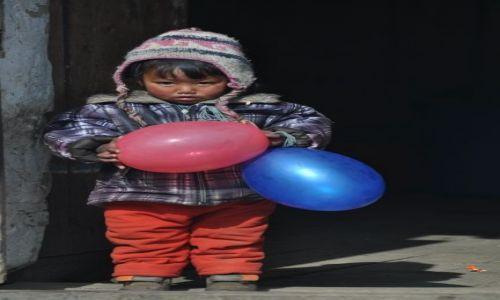 Zdjecie NEPAL / Langtang National Park / tula Syabru / Dziewczynka z balonikami