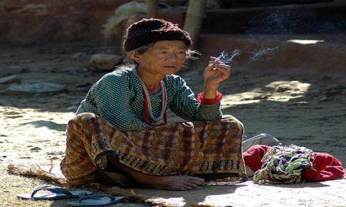 NEPAL / - / między Pokharą a Beni / Portret starszej kobiety