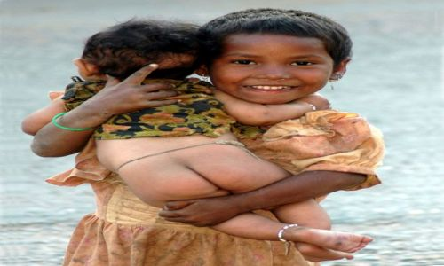 NEPAL / - / Dolina Khali Gandaki / Dziewczynka z Gołodupcem na rękach