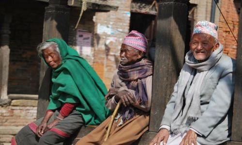 Zdjecie NEPAL / Katmandu / Katmandu / Wesołe jest życie staruszka