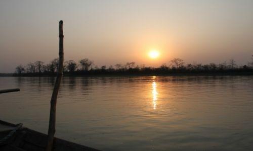 Zdjecie NEPAL / - / Chitwan National park / łodzią po rzece w dżungli