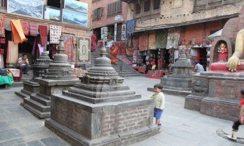 Zdjęcie NEPAL / -Kathmandu / Swajambhunath / Mały wyznawca...
