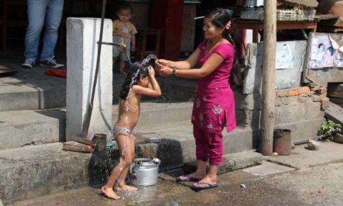 Zdjecie NEPAL / Nepal / gdzieś po drodze / Poranna kąpiel