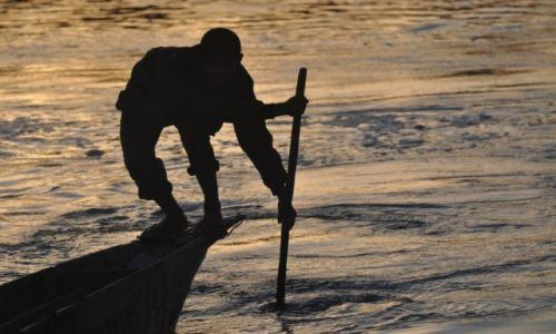 Zdjęcie NEPAL / Chitwan / Sauraha / wioślarz