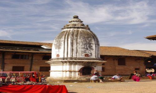 NEPAL / Dolina Kathmandu / Bhaktapur / stupa wśrod uliczek