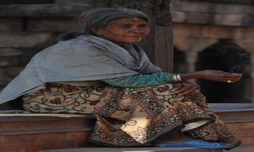 NEPAL / Dolina Kathmandu / Bhaktapur / kobieta w Bhaktapur
