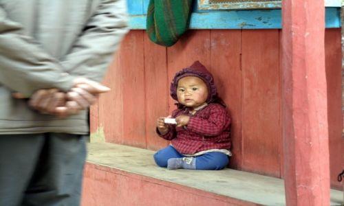 Zdjecie NEPAL / Annapurna  / Dharamani/Chame / Mały Nepalczyk