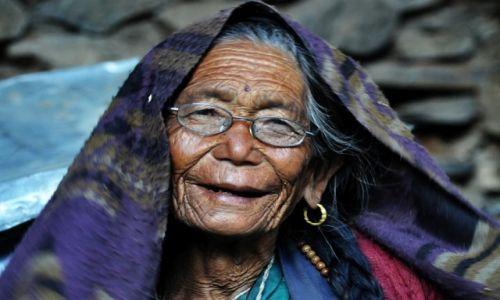 Zdjecie NEPAL / Pisang / Pisang / sprzedawczyni jabłek