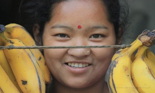 Zdjecie NEPAL / Nepal / Nepal / Dziewczyna z bananami