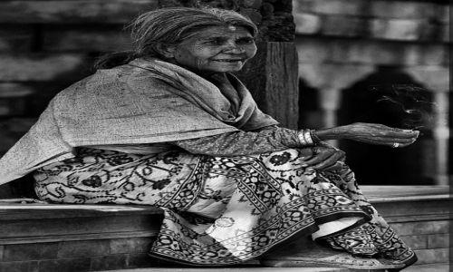Zdjęcie NEPAL / Kathmandu / Bhaktapur / kobieta z papierosem