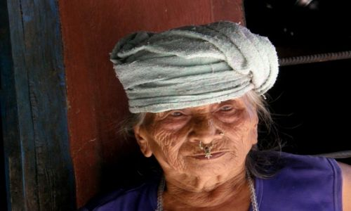 Zdjecie NEPAL / Pokhara / Nayapul / Kobieta z kolczykiem